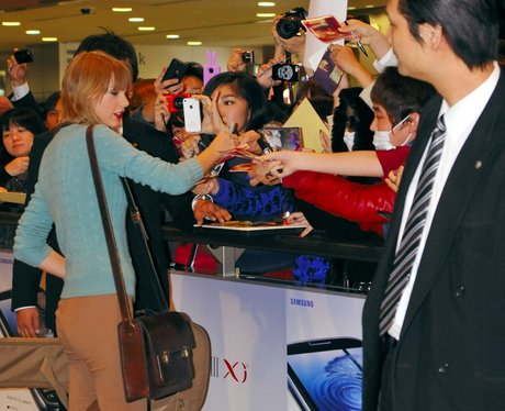 Taylor Swift signs autographs in Japan