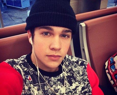 Austin Mahone selfie in airport